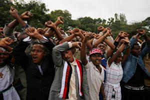 Demonstrators chant slogans while flashing the Oromo protest gesture during Irreecha, the thanksgiving festival of the Oromo people, in Bishoftu town, Oromia region, Ethiopia, October 2, 2016. REUTERS/Tiksa Negeri - RTSQF80